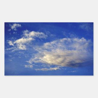 Mycket strukturerat moln i en härlig blå himmel rektangulärt klistermärke