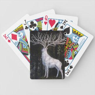 Mystic fullvuxen hankronhjort som leker kort spelkort