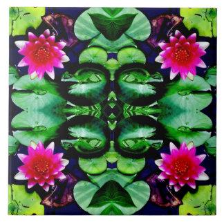 Näckrosmönster i ljus rosor och grönt kakelplatta