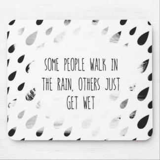 Något folk går i regna, andra precis får vått musmatta