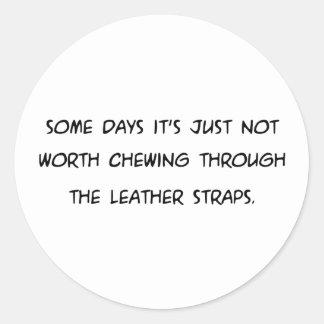 Några dagar fäster dess inte värda tugga… läder runt klistermärke