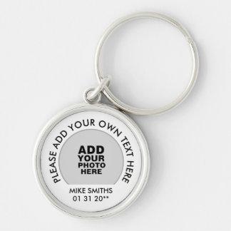 namn, text & sakkunniga daterar, fotoet på vit rund silverfärgad nyckelring
