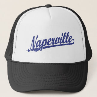 Naperville skrivar logotypen i bedrövade blått truckerkeps
