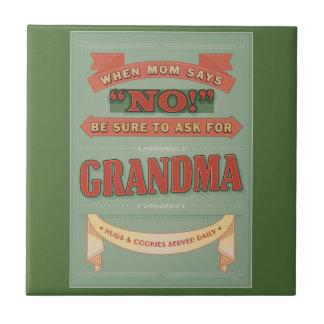 När mammanågot att säga inte, frågar för mormor. liten kakelplatta