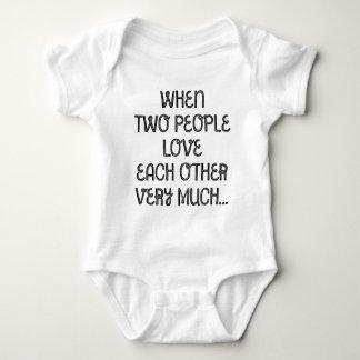När två folk älskar varje annat mycket… tee shirt