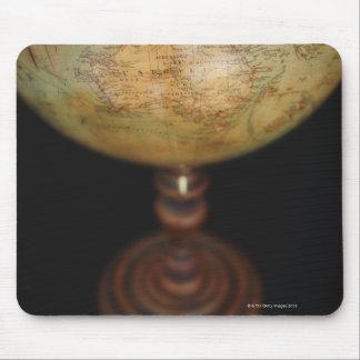 Närbild av antikt jordklot 2 musmatta