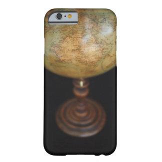 Närbild av det antika jordklotet barely there iPhone 6 skal