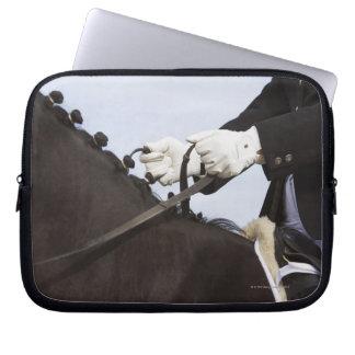 närbild av dressagehästen med ryttaren laptop sleeve