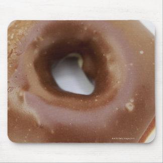 Närbild av en chokladmunk på en plätera musmatta
