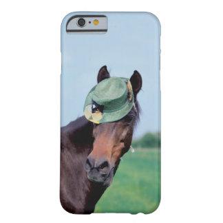Närbild av en häst som ha på sig en grön hatt barely there iPhone 6 skal