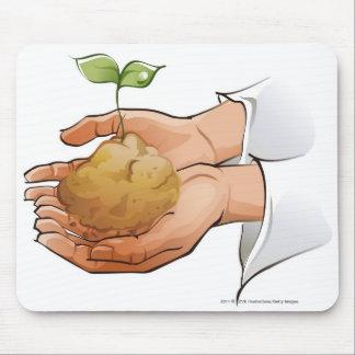Närbild av en persons plantan för händerinnehav musmatta