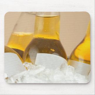 Närbild av ölflaskar i is musmatta