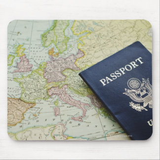 Närbild av passet som ljuger på europékarta musmatta
