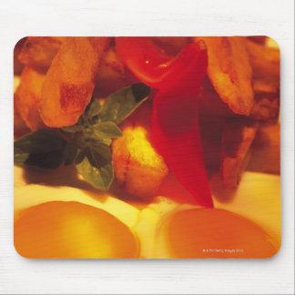närbild av stekte ägg med franska småfiskar musmatta