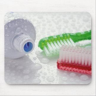 Närbild av täckte toothpaste och tandborstar musmatta