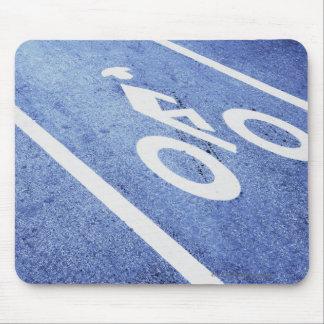 Närbilden av en cykel undertecknar på vägen musmatta