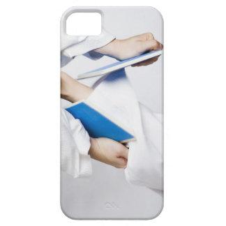 Närbilden av en person lägger benen på ryggen iPhone 5 hud