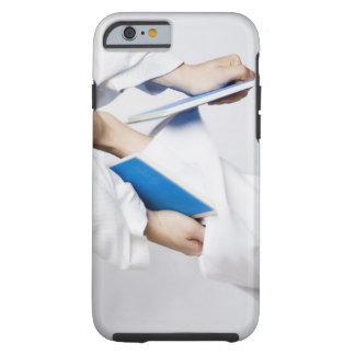 Närbilden av en person lägger benen på ryggen tough iPhone 6 fodral