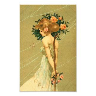 Nätt flicka för vintage med rosa ros och fjärilen fotontryck