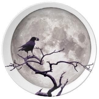 Natt för korpsvart fantasi för kråka och för måne porslinstallrik