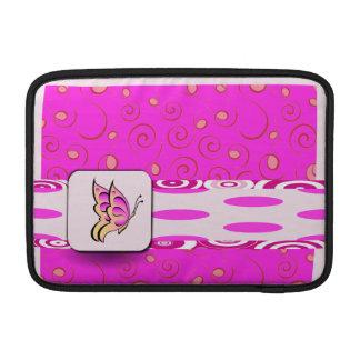 Nätt rosa fjäril på polka dotsbakgrund MacBook sleeve
