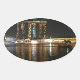 Natten beskådar av Singapore Ovalt Klistermärke