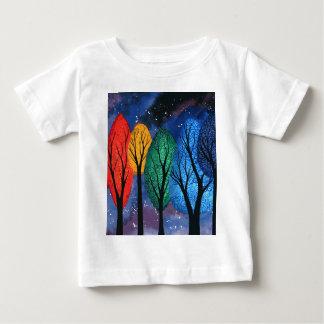 Nattfärg - för regnbåge himmel för träd swirly t shirt