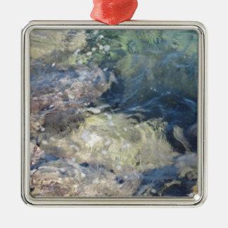 Naturbakgrund av genomskinligt flöda för julgransprydnad metall