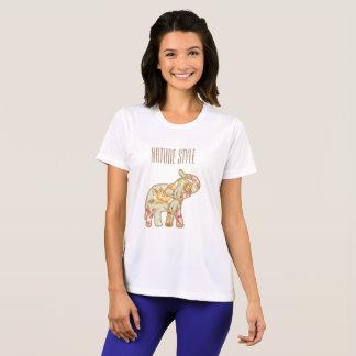 Naturstilelefant med stammen upp tshirts