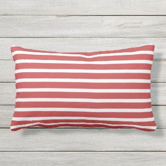 Nautisk design för röd vitrandklassiker utomhuskudde