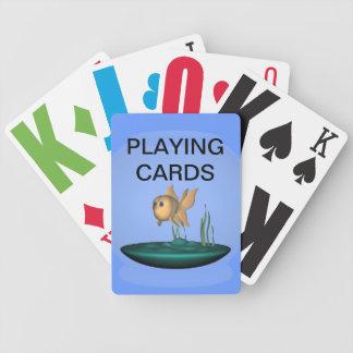 Nedsatt guldfisk för vision som leker kort spelkort