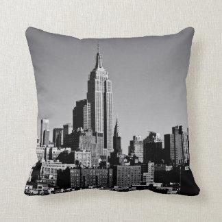 New York City horisont i svartvitt Kudde