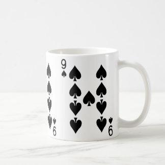 Nio av spadar som leker kortet kaffemugg