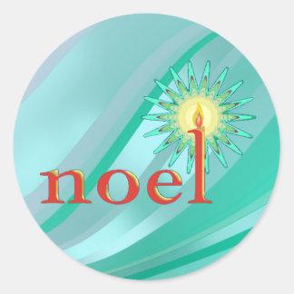 NOEL & STEARINLJUS av SHARON SHARPE Runt Klistermärke