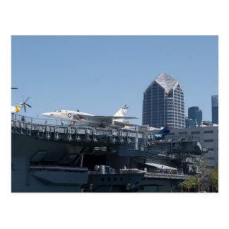 Nöjesgatahangarfartyg som anslutas i San Diego Vykort
