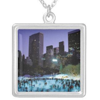 Nordamerika USA, New York, New York City. 9 Halsband Med Fyrkantigt Hängsmycke