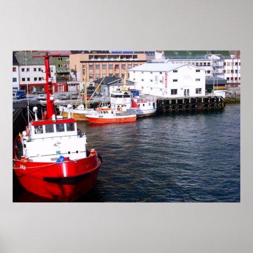 Norge fiskebåtar som förtöjas mot kajen posters
