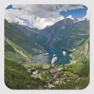 Norgen beskådar till Geiranger från Flydalsjuvet Fyrkantigt Klistermärke