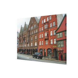 Norgen högväxt röda hus i den Bergen staden centre Canvastryck