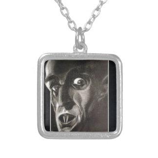 Nosferatu Halsband Med Fyrkantigt Hängsmycke
