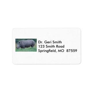 Noshörning i gräs adressetikett