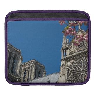 Notre Dame i Paris, frankrike med vår blommor iPad Sleeve