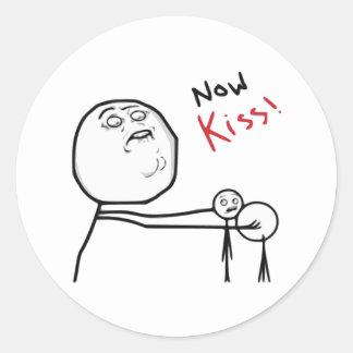 Nu tecknad Meme för kyssursinneansikte Runt Klistermärke