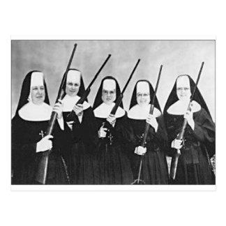 Nunnor med vapen vykort