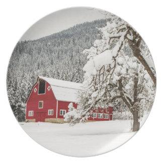 Ny snö på röd ladugård tallrik