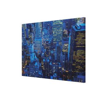 NYC-horisont, kickvinkel beskådar på skymningen Canvastryck