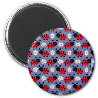 Nyckelpigor och daisymönster magnet