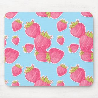 Nyckfullt jordgubbemönster på blått musmatta