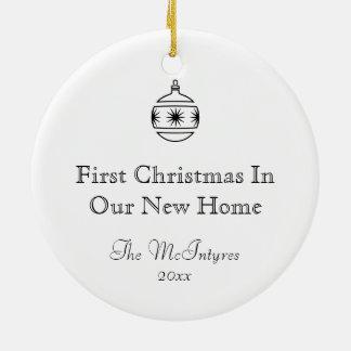 Nytt hem- dra för bläck som är svartvitt rund julgransprydnad i keramik