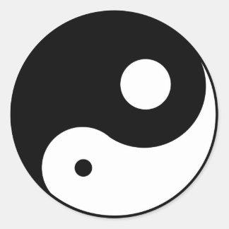obalanserat yinyang symbol runt klistermärke